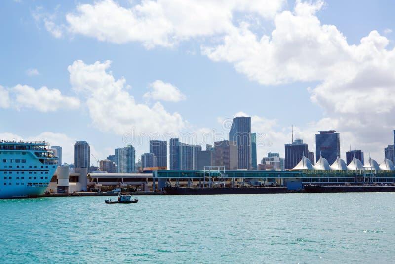 Horizon de van de binnenstad van Miami, Florida, de V De bouw, oceaanstrand en blauwe hemel Mooie stad van de Verenigde Staten va royalty-vrije stock fotografie