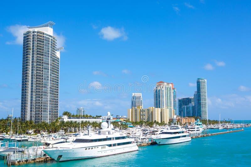 Horizon de van de binnenstad van Miami, Florida, de V De bouw, oceaanstrand en blauwe hemel Mooie stad van de Verenigde Staten va stock afbeelding
