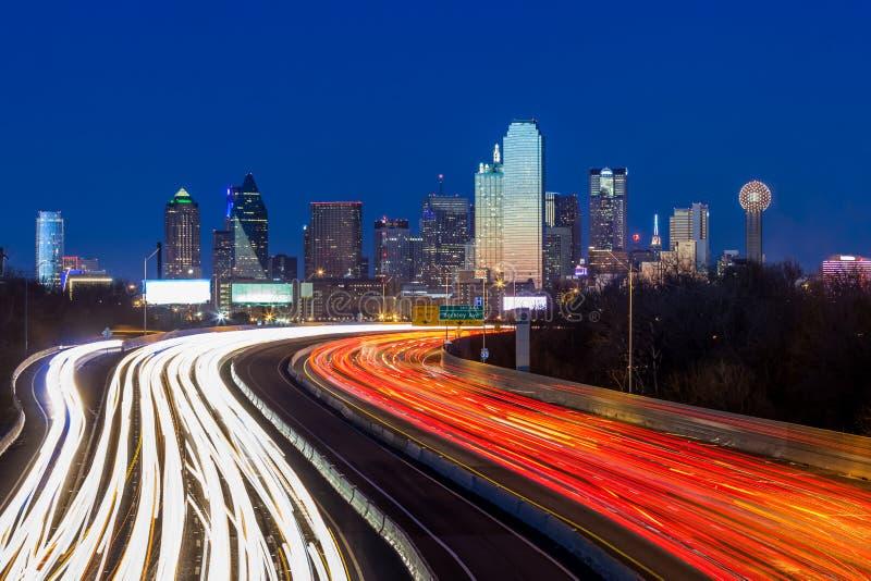 Horizon de van de binnenstad van Dallas bij nacht stock foto's