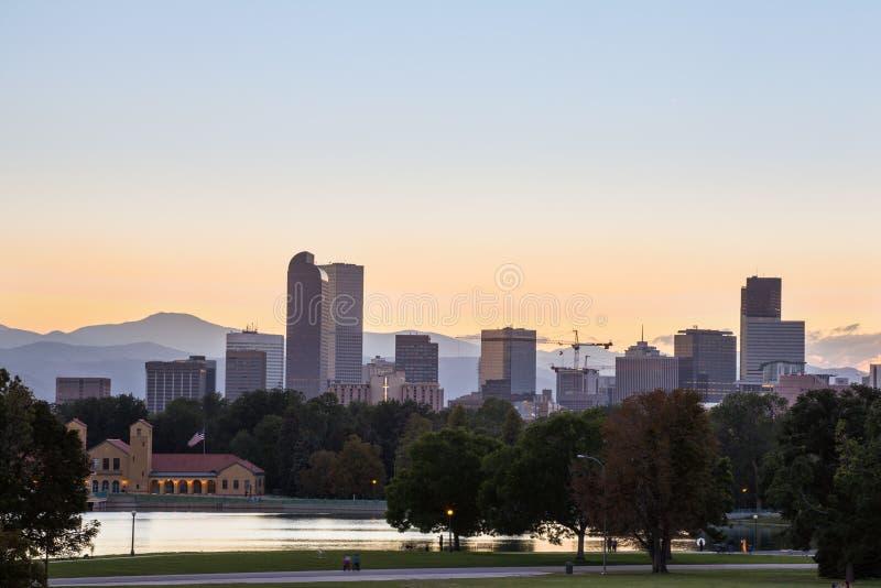 Horizon de van de binnenstad van Denver en rotsachtige berg bij zonsondergang. stock foto's