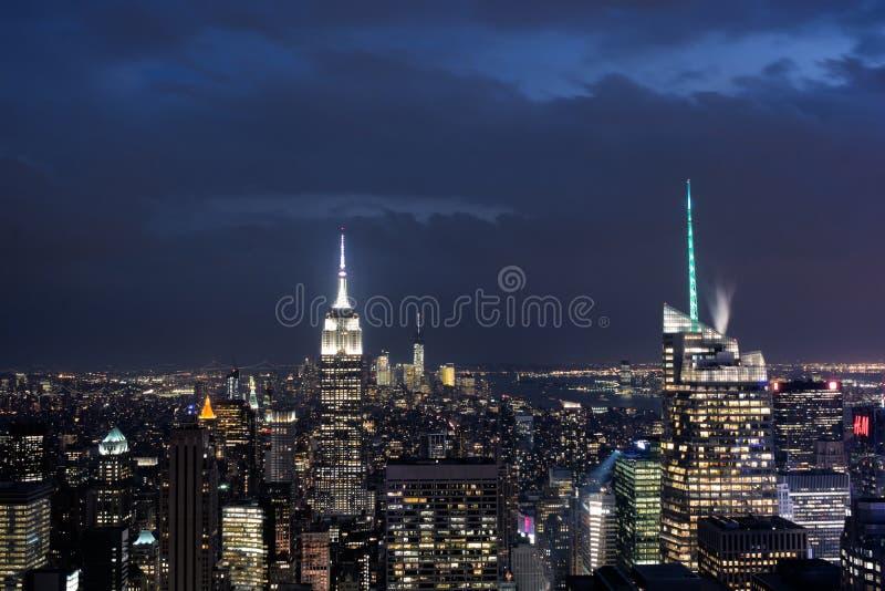 Horizon de van de binnenstad van Manhattan bij Nacht met het Empire State Building, de Stad van New York royalty-vrije stock foto