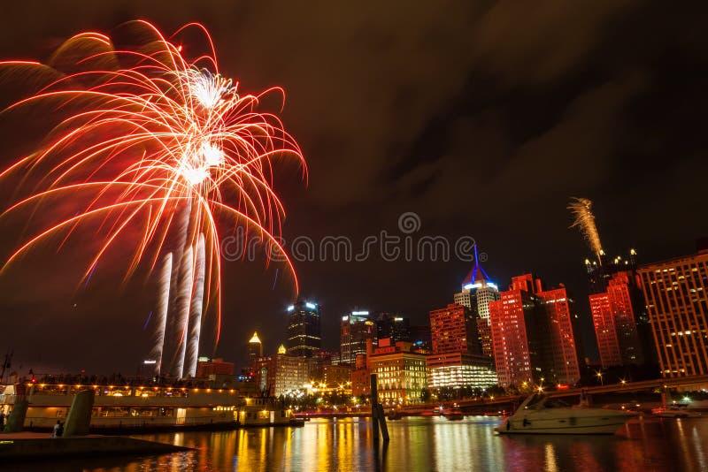 Horizon de van de binnenstad van Pittsburgh door de rivier bij nacht met kleurrijk vuurwerk royalty-vrije stock fotografie