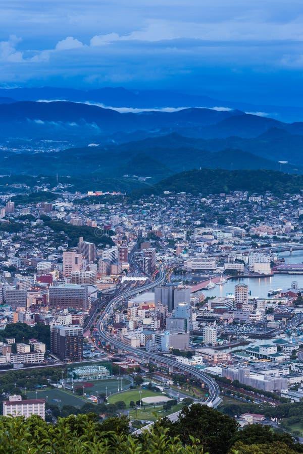 Horizon de van de binnenstad van Sasebo bij nacht, Nagasaki, Japan royalty-vrije stock foto