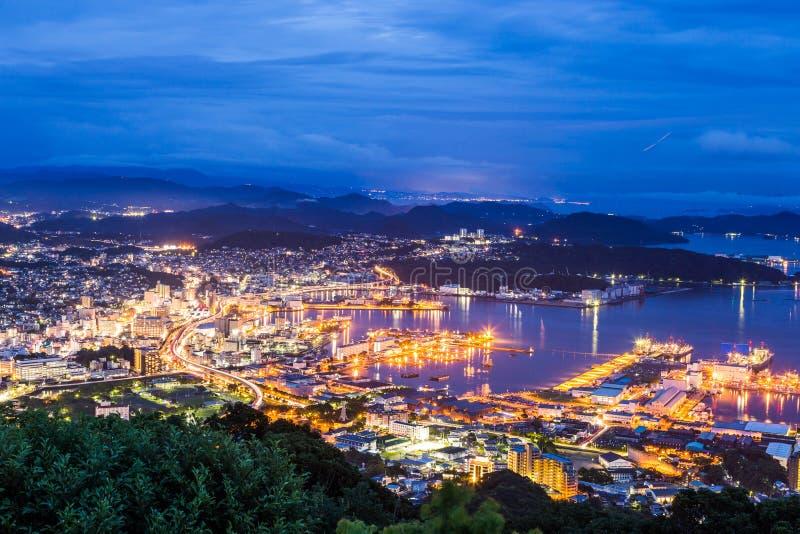 Horizon de van de binnenstad van Sasebo bij nacht, Nagasaki, Japan stock foto's