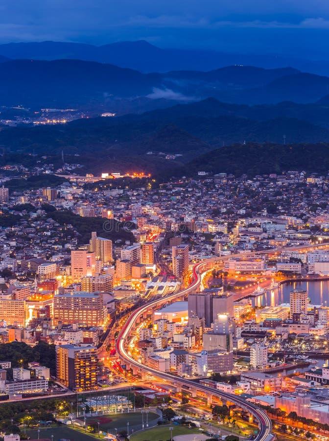 Horizon de van de binnenstad van Sasebo bij nacht, Nagasaki, Japan stock fotografie