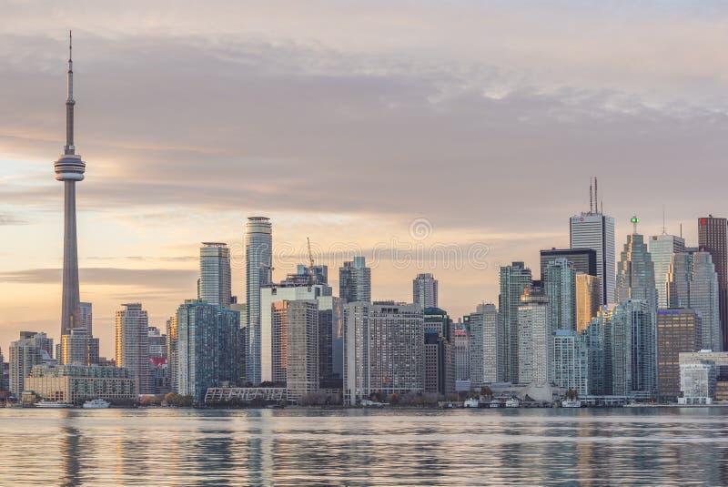 Horizon de van de binnenstad van Toronto met de CN Toren en de Financiële Districtswolkenkrabbers stock fotografie