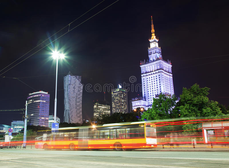 Horizon de van de binnenstad van Warshau, Polen bij nacht royalty-vrije stock foto