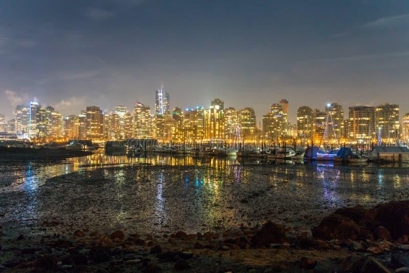 Horizon de Vancouver par la nuit vue du parc de Stanley photos libres de droits