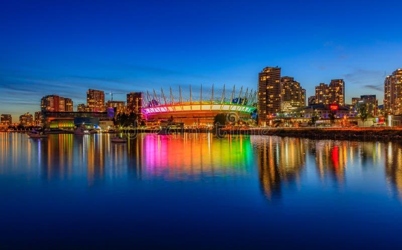 Horizon de Vancouver sur le stade de False Creek et AVANT JÉSUS CHRIST d'endroit la nuit i photo libre de droits
