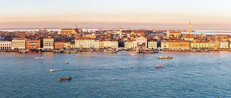 Horizon de Venise avec le quai, l'eau et les bateaux dans le coucher du soleil photo libre de droits