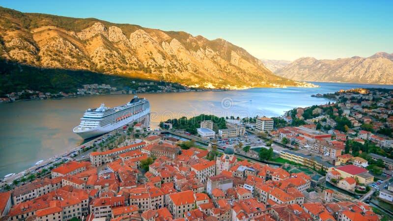 Horizon de vieille ville, Kotor, Monténégro avec le bateau de croisière dans la baie de Kotor, logos de bateau enlevée pour l'usa photo libre de droits