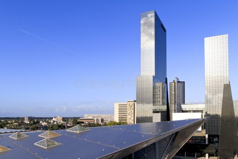 Horizon de ville à Rotterdam près de station de train images stock
