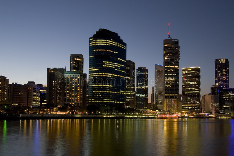 Horizon de ville avec le fleuve photographie stock libre de droits