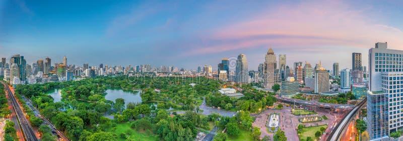 Horizon de ville de Bangkok avec le parc de Lumpini de la vue supérieure dans Thailan photos stock