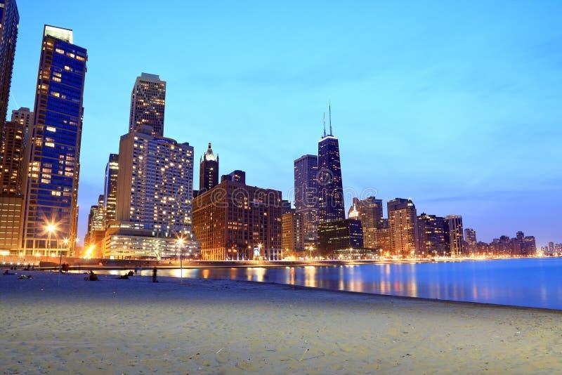 Horizon de ville de Chicago vu de la plage images libres de droits