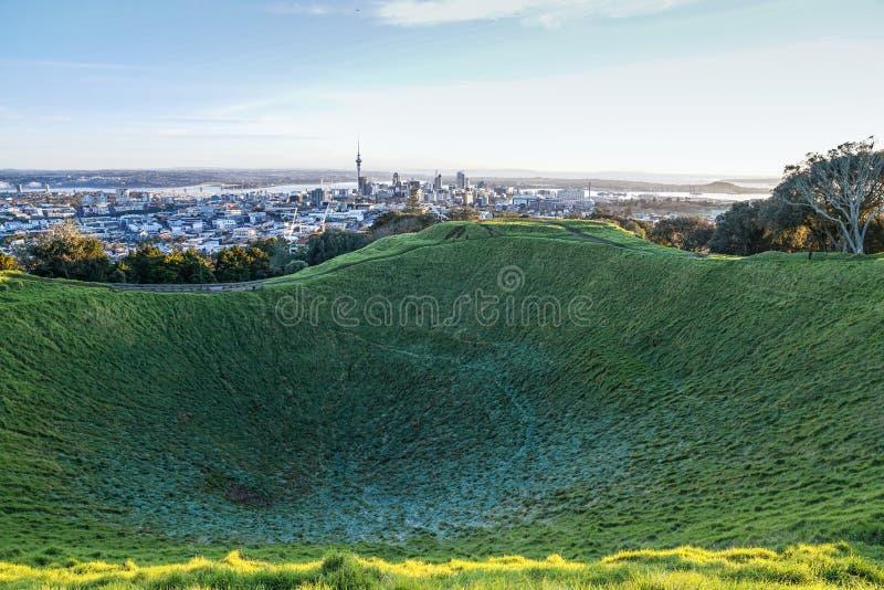 Horizon de ville d'Auckland au delà de cratère givré de bâti Éden image libre de droits