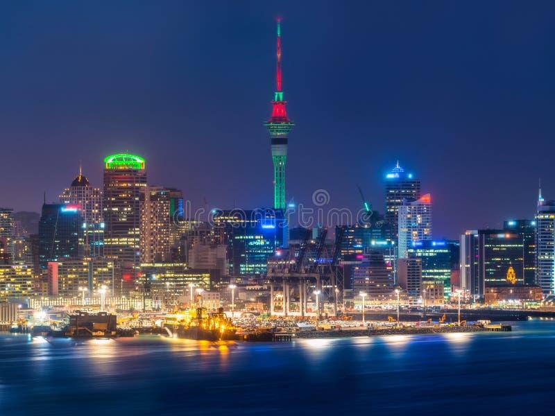 Horizon de ville d'Auckland la nuit image libre de droits
