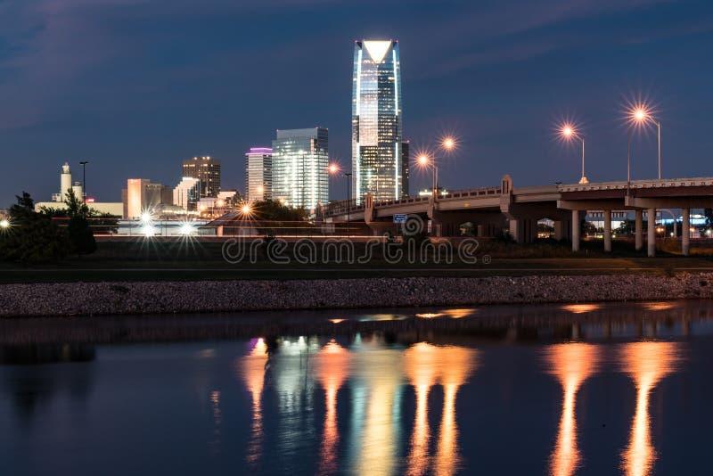 Horizon de Ville d'Oklahoma la nuit photo libre de droits