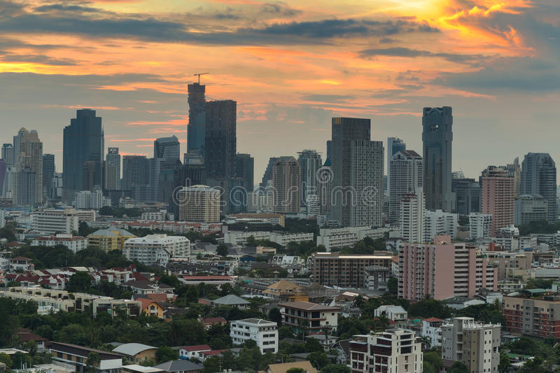 Horizon de ville de Bangkok avec le beau ciel avant coucher du soleil photos stock