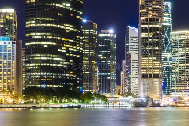 Horizon de ville de Brisbane la nuit photographie stock libre de droits