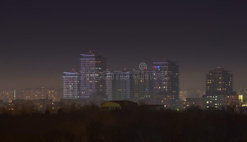 Horizon de ville de Bucarest la nuit avec des gratte-ciel photo libre de droits