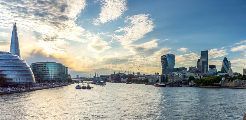 Horizon de ville de Londres avec la ville hôtel images stock