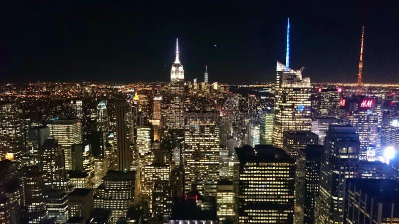 Horizon de ville de Manhattan la nuit images stock