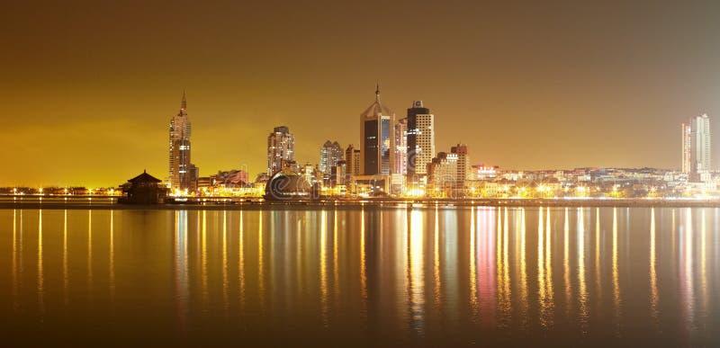 Horizon de ville de Qingdao la nuit photographie stock