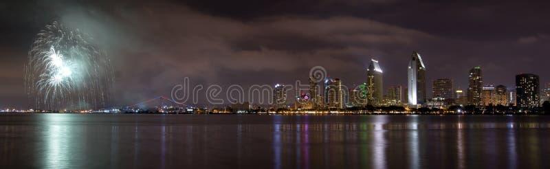 Horizon de ville de San Diego la Californie et célébration de feux d'artifice de photographie stock libre de droits