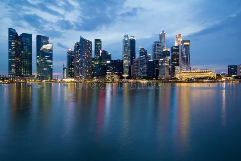 Horizon de ville de Singapour à l'heure bleue photographie stock