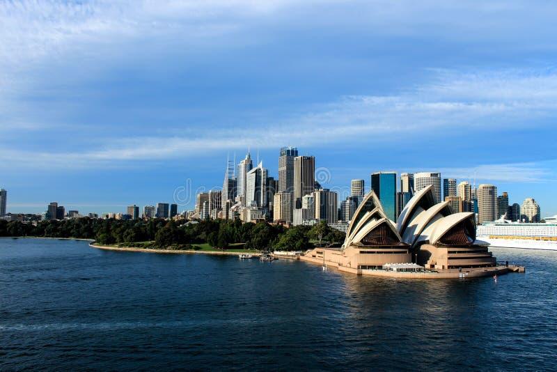 Horizon de ville de Sydney Australia avec le théatre de l'opéra image libre de droits
