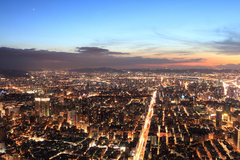 Horizon de ville de Taipei.Panoramic dans le coucher du soleil photo libre de droits