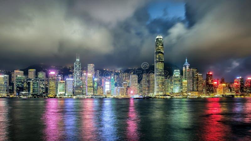 Horizon de ville de Hong Kong la nuit photographie stock libre de droits