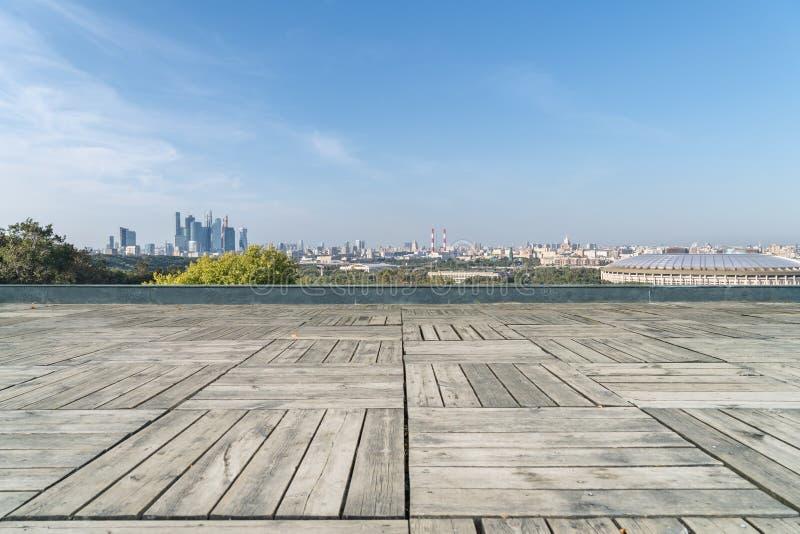 Horizon de ville de Moscou et plancher en bois vide image stock
