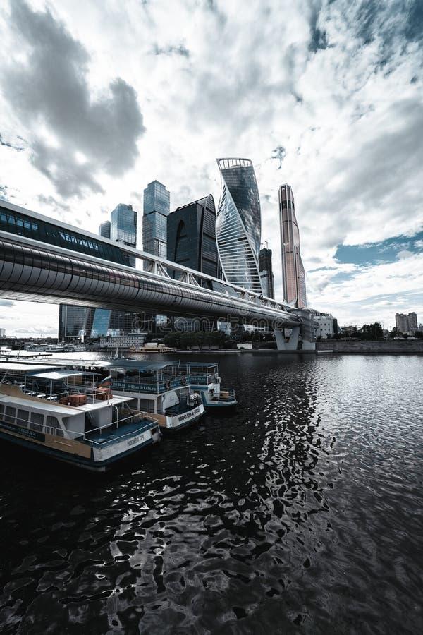 Horizon de ville de Moscou pendant le jour nuageux images libres de droits