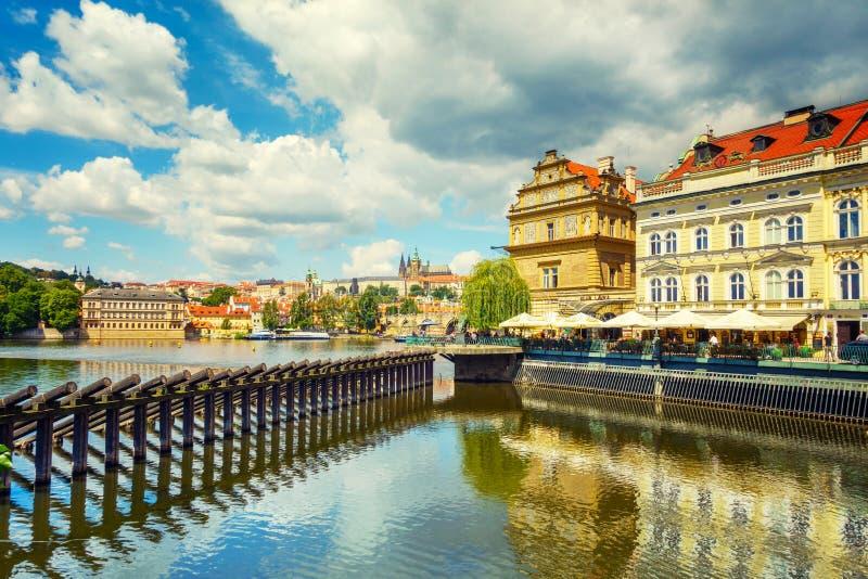 Horizon de ville de panorama de Prague avec la vue de rivière de Vltava, Tchèque Repub photo stock