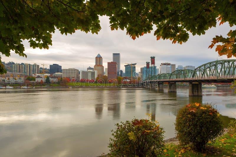 Horizon de ville de Portland encadré par le feuillage d'automne image stock