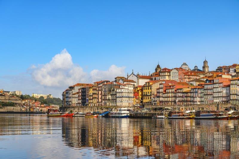 Horizon de ville de Porto Portugal à la rivière de Ribeira et de Douro image libre de droits