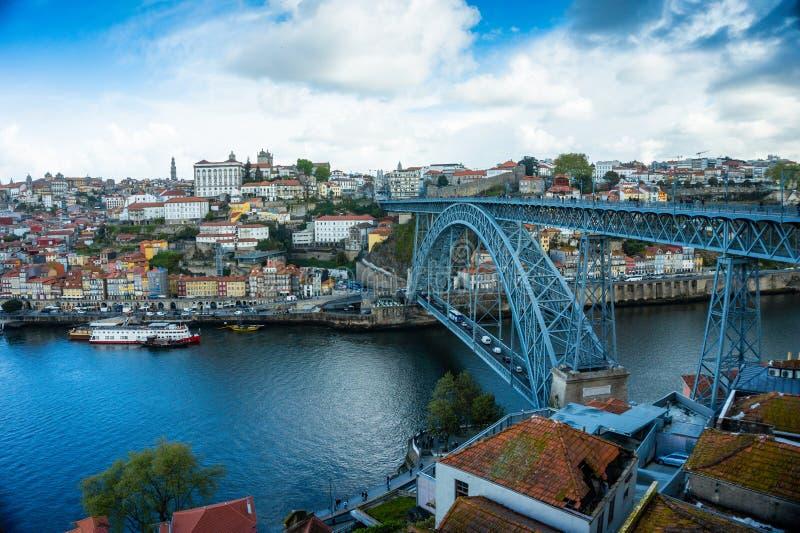 Horizon de ville de Porto, rivière de Douro, bateaux traditionnels et pont en fer de Luiz image libre de droits