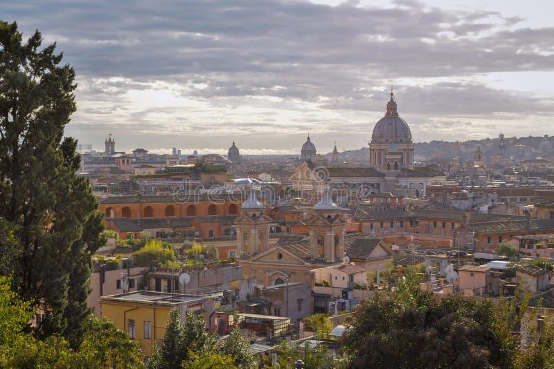 Horizon de ville de Rome après pluie Église et tours à l'arrière-plan avec le ciel nuageux photos stock