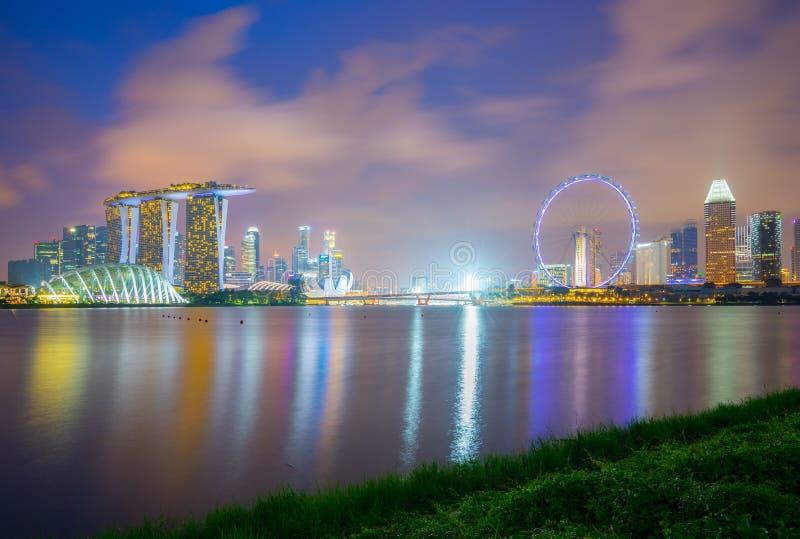 Horizon de ville de Singapour à la vue de nuit de Marina Barrage dans la ville de Singapour photo stock