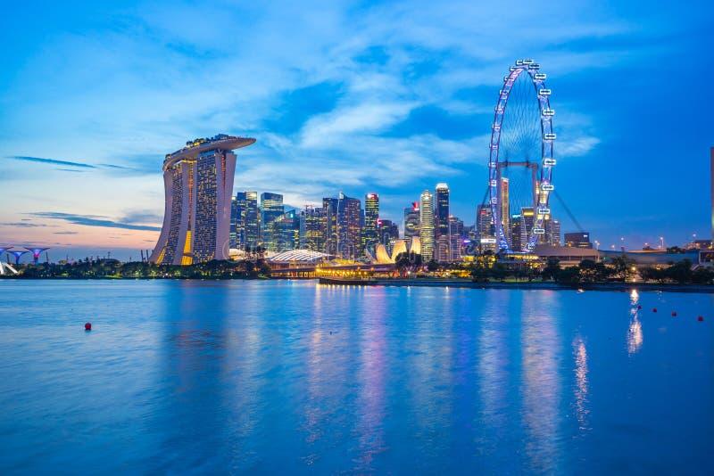Horizon de ville de Singapour au crépuscule avec la vue de Marina Bay photo libre de droits
