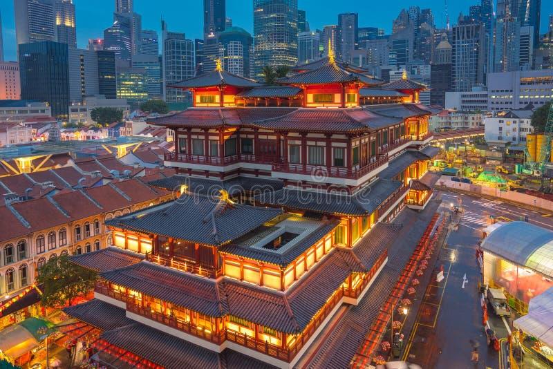 Horizon de ville de Singapour avec la vue du temple de relique de dent de Bouddha la nuit à Singapour photos libres de droits