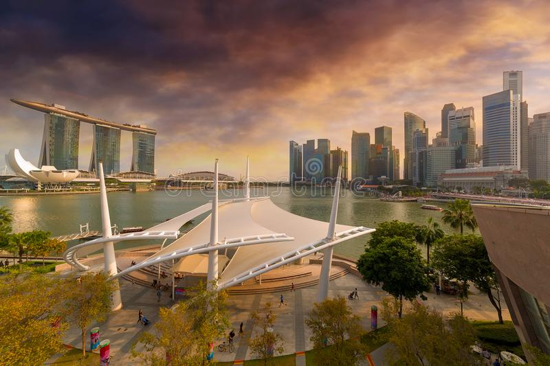 Horizon de ville de Singapour par Marina Bay Sunset photo stock