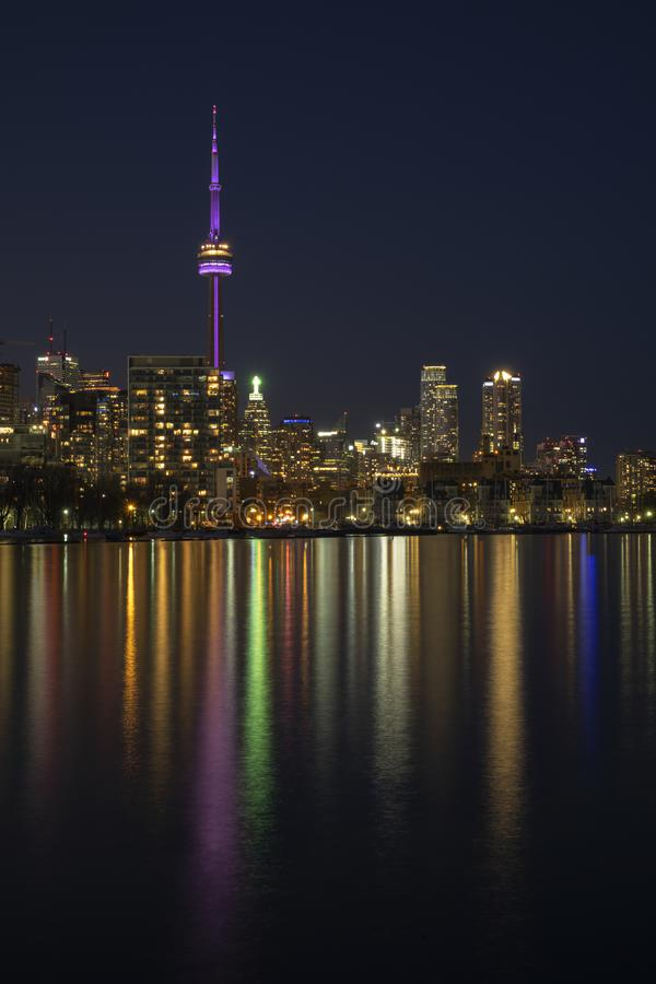 Horizon de ville de Toronto la nuit, ciel fonc? clair, r?flexion de la lumi?re color?e dans la surface calme de l'eau du lac Onta photos libres de droits