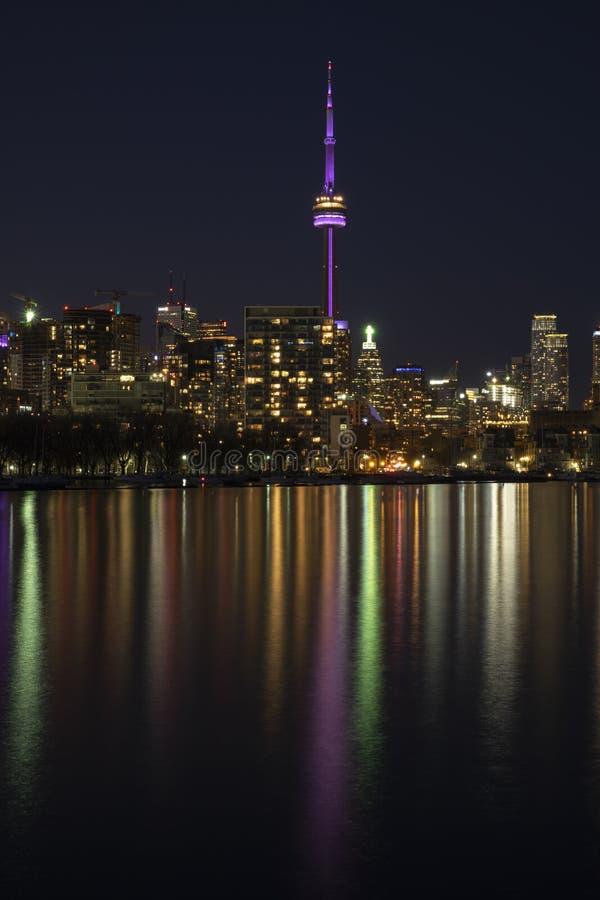Horizon de ville de Toronto la nuit, ciel fonc? clair, r?flexion de la lumi?re color?e dans la surface calme de l'eau du lac Onta images stock