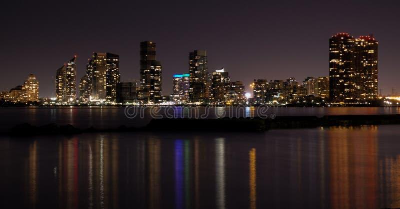 Horizon de ville de Toronto la nuit, ciel fonc? clair, r?flexion de la lumi?re color?e dans la surface calme de l'eau du lac Onta image libre de droits