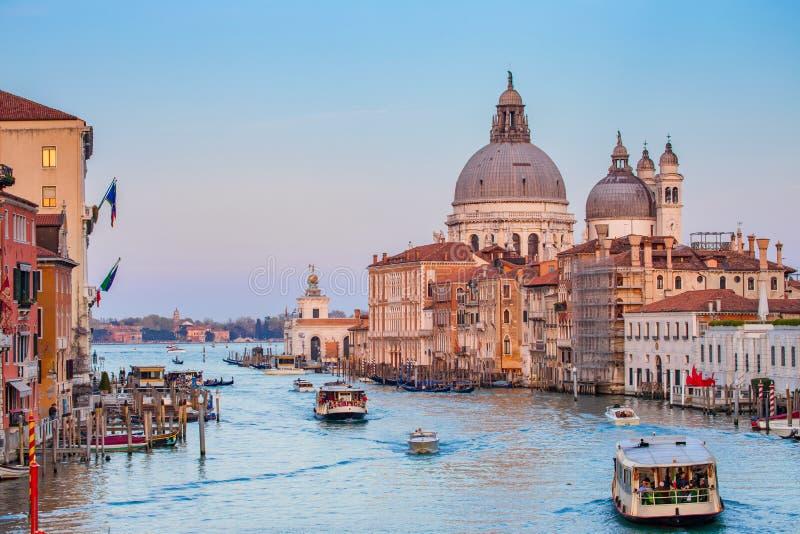 Horizon de ville de Venise avec le coucher du soleil dans Grand Canal, Italie photos stock