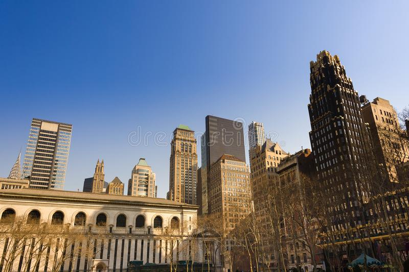 Horizon des bâtiments chez Midtown Manhattan de Bryant Park à New York City images stock