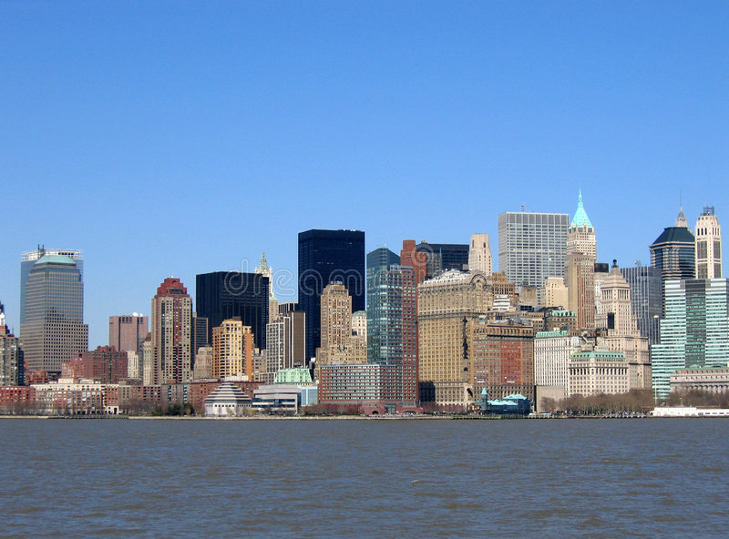 Horizon des constructions à New York contre le ciel bleu. photos stock